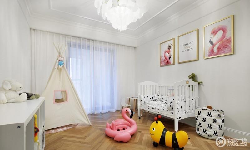 整个儿童房为了安全,并没有太多的家具,儿童房的收纳柜、小衣柜都要固定在墙上,巧妙实现了收纳,而玩饰和场景式家具,在水晶灯的掩映下,愈显温馨,也多了俏皮。