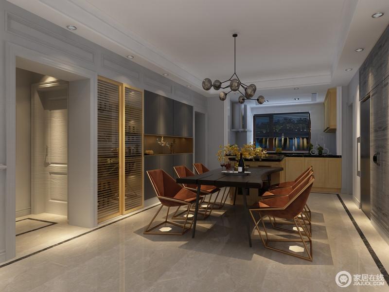 设计师将家电和酒柜、储物展示柜统统上墙,释放出多余的空间,并显得规整有序;酒柜上的金色推拉门与造型个性独特的餐椅椅身呼应,呈现出复古时髦的华贵气质。