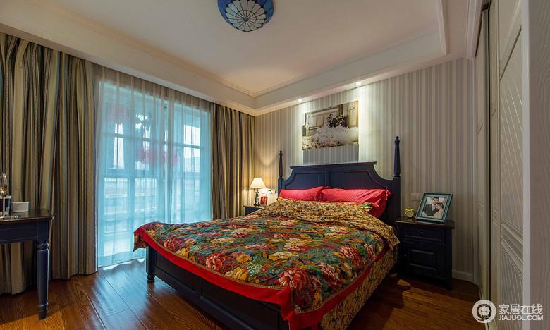 卧室窗帘沙曼是淡蓝色,里面一层是暗黄色,有助于睡眠,床和柜子都是蓝色。