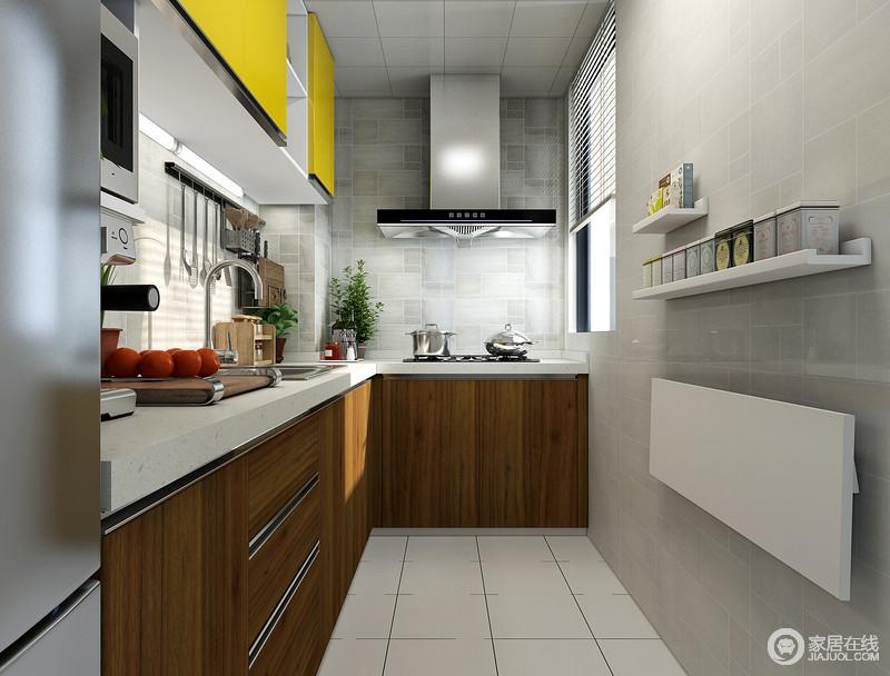 小小厨房空间,进门右侧墙面的可翻折台板,使用的时候轻松打卡,不用的时候折叠放下,节省空间,增加操作空间,地柜的木纹色与黄色色吊柜搭配,让小厨房也有美的搭配。