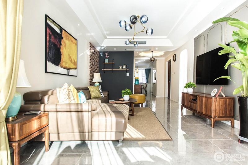 大片温暖的阳光入室,让客厅空间拥有通透舒适的开阔感,同时空间层次感顿显。
