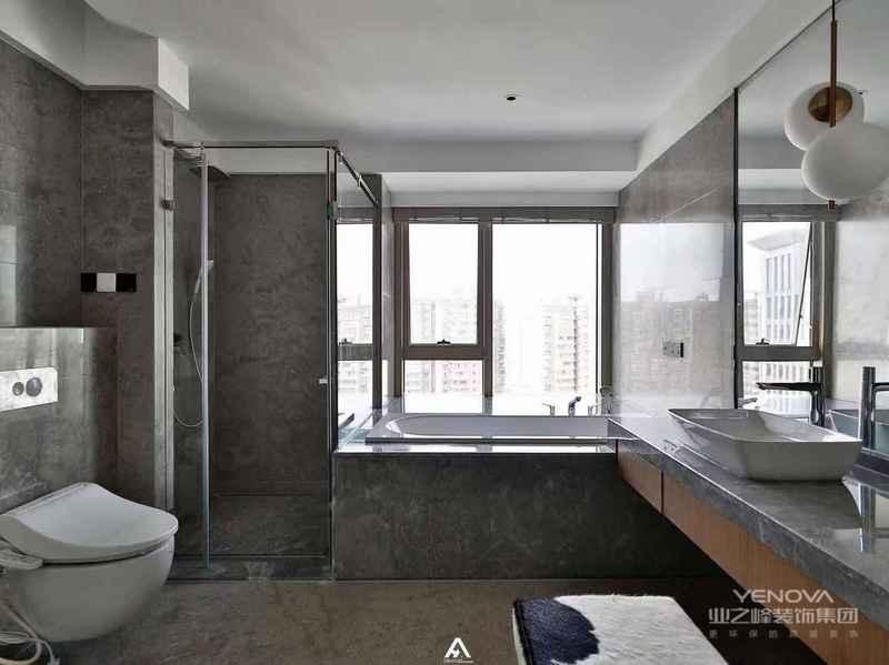 平时的化妆、泡澡、淋浴、收纳,在这个洗手间全部都解决了。