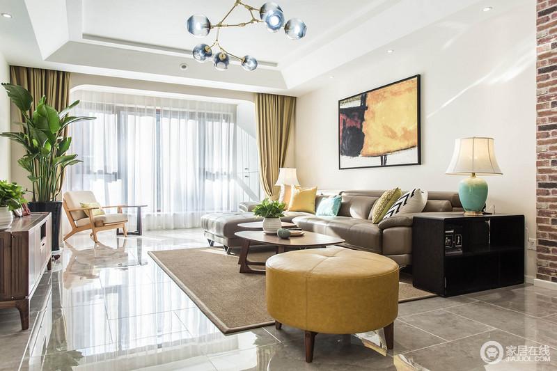 阳台拥有宽阔的大落地窗,带来充足的自然光;舒适的皮质沙发与配搭的坐凳及墙面画,在色彩上相互辉映,空间显得沉稳雅致。