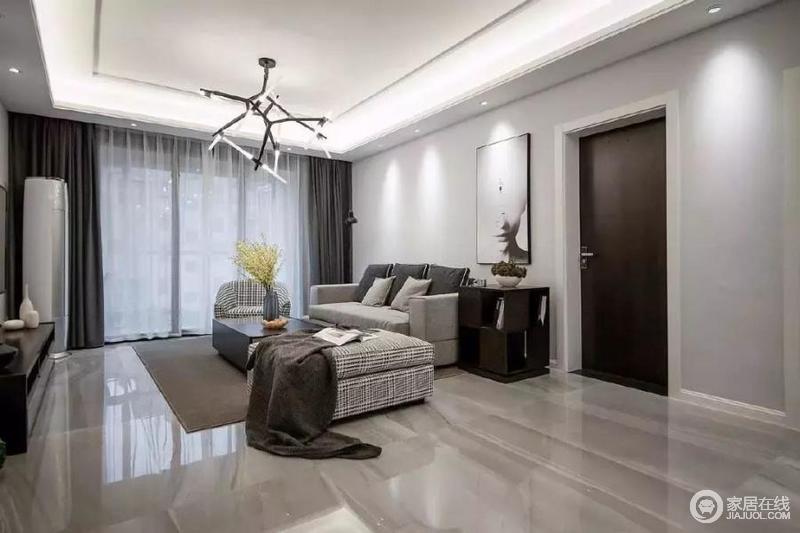 客厅两边背景墙不加修饰,只挂上两三幅挂画装饰,浅灰色布艺沙发搭配时尚规整的两色茶几,时尚素雅。