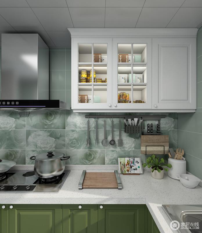 厨房吊柜的通透玻璃设计,不仅方便业主查找拿取物品,也让空间不显的那么拥堵和压迫。利用墙面空间的五金挂件进行收纳,不仅干净整洁并且易于干爽,降低了细菌的增长速度。