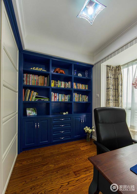 书房的柜子直接用了深蓝色,在白色的墙面上很有冲击力,柜子选用的是中式风格,上面放置了很多书籍,很有文艺气息。