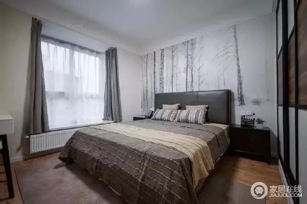 次卧布置的也很有轻奢有质感,床头墙是一副素雅的丛林雪景壁画,让次卧看起来素雅又不失质感。深褐色条纹床品,大方耐看,大衣柜做了嵌入式处理,既节省空间,又因离床很近,方便衣物的摆放。