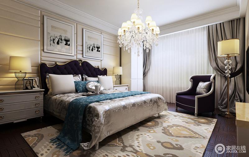 卧室保留了古典家具的色泽和质感的同时又注重奢华、尊贵,素雅的用色并不单调,每件软装饰品上让人喜爱的纹样颇为典雅;欧式的台灯与新古典沙发椅及现代感的台灯混搭出耐人寻味的芬芳。