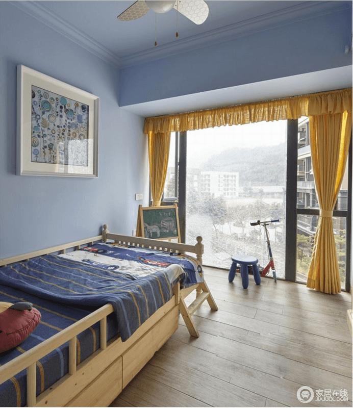 儿童房因为落地窗而视野开阔,并让整个空间格外通透;淡紫色漆粉刷墙面增加了梦幻色彩,原本四班和实木床增加了温和感,同时安全系数颇高,蓝色床品搭配黄色窗帘营造出活跃感。