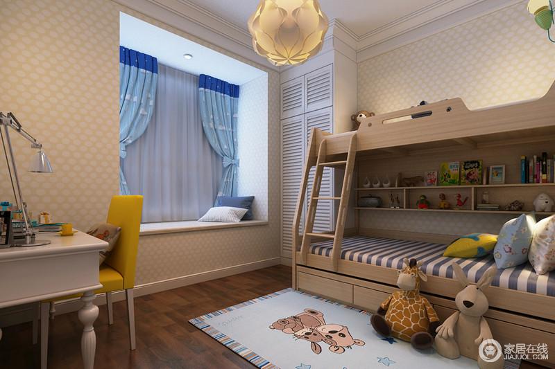 儿童房充满了温馨的小调,铺陈的墙纸以波点营造,上下床质朴清新,内部设计了搁架,用于收纳了小朋友的各种玩物、书籍。白色的百叶衣柜与蓝色拼色窗帘调剂了活力空间。