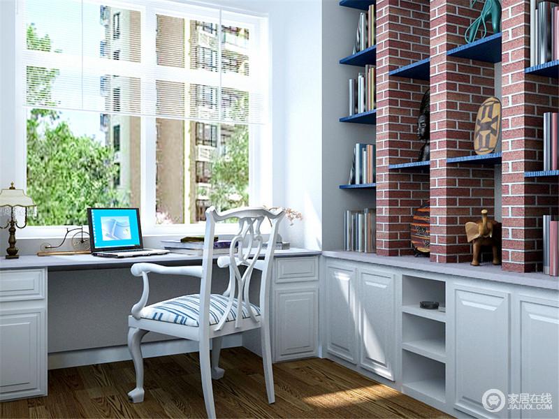 书房以白色调为主,书柜白色矮柜与书架极尽功能之需,却将书架铺贴了砖样的壁式,营造出一份工业时尚;白色桌椅组合整洁大气,蓝白椅面的木椅带着小俏皮,让空间更为 宁静。