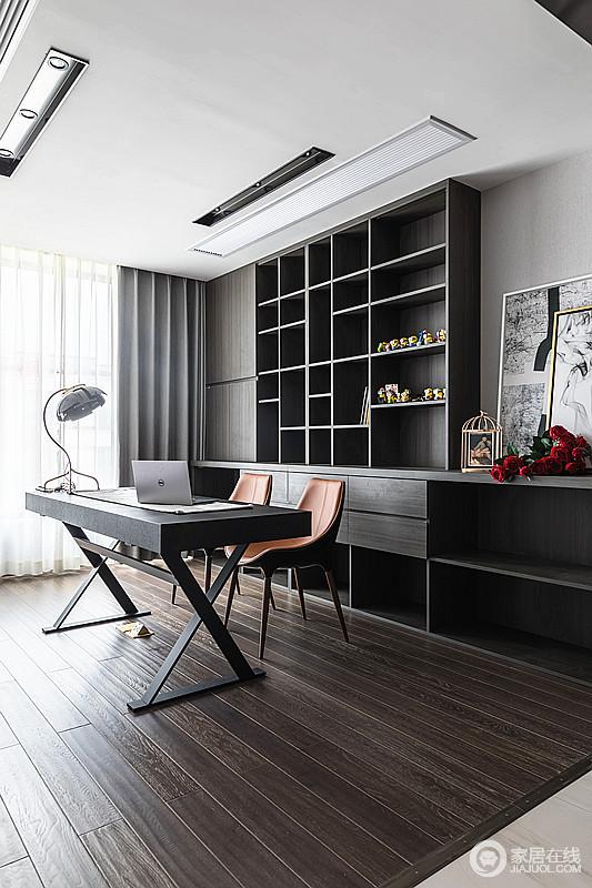 书房简约大方,干净利落,一组书柜令空间气质高雅,文艺气息浓厚,灰色窗帘融合的极为内敛,却与爱马仕橙的一组单椅延续空间的现代时尚,让主人生活得安静。