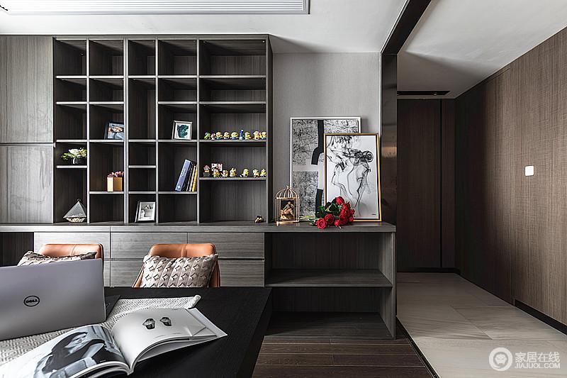敞开式书房让家的空间更加通透,在浅灰色墙面和褐色地板的基础上,以一组定制得书柜来强化空间的功能;黑白色的挂画被玫瑰花和摆饰装饰得更为艺术,也让生活不失趣味。