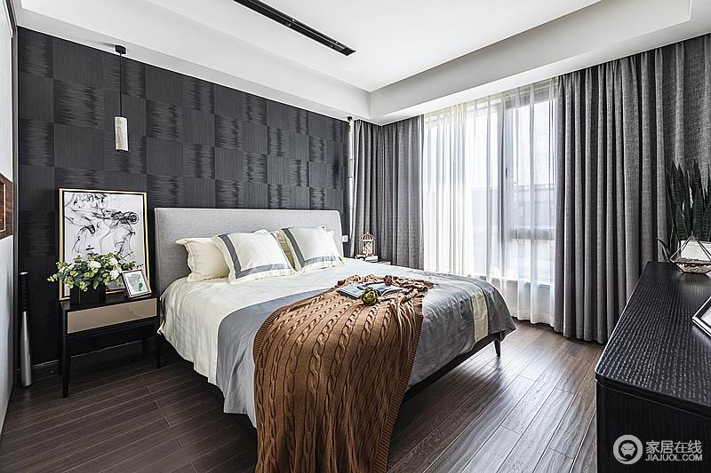 卧室以深色软包为床头背景墙,搭配咖色纹理的实木地板,既有高级灰的气质,又有现代潮流的味道;灰色此窗帘与床品相呼应,在挂画和饰品的点缀中,看似内敛,却足够大气。
