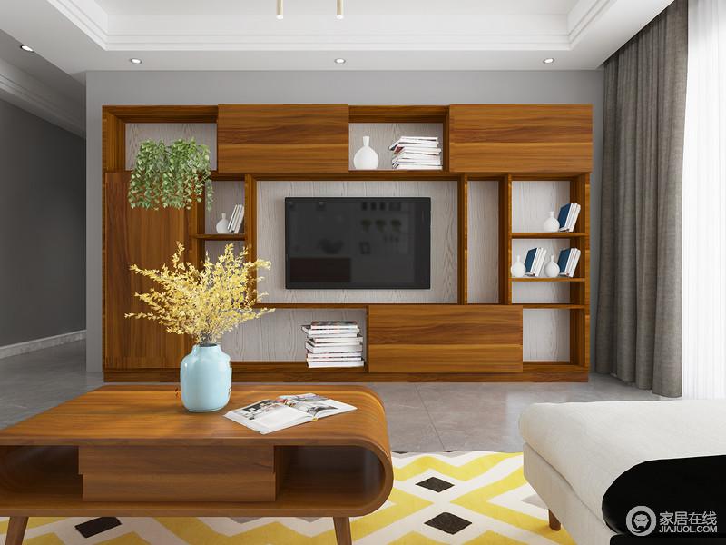 电视背景墙以胡桃木定制柜为主,占据了整面墙,主人可以将自己的饰品、书籍有序收纳,同时,背景墙的几何感,让空间更唯美。