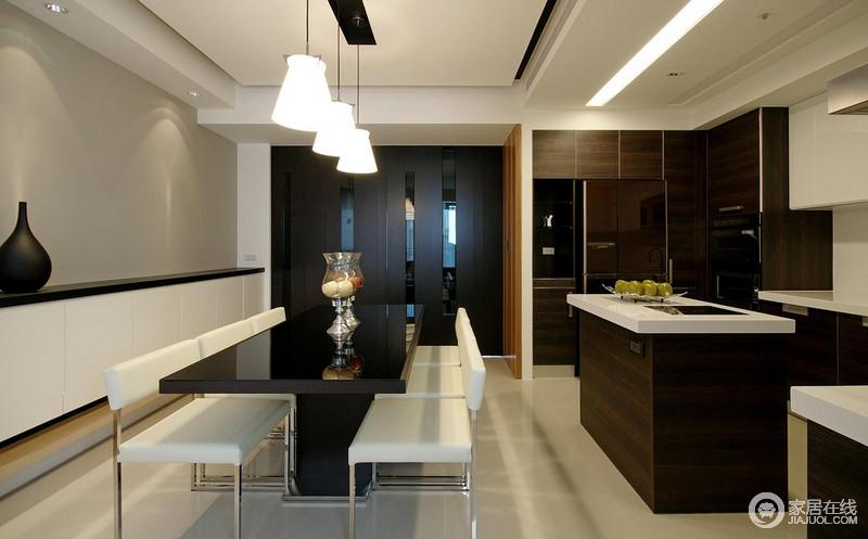 开放式的空间让生活多了份自在,没有结构上的限定,反而更为愉悦;厨房黑白搭配的橱柜演绎都市时尚,也让生活简单、利落。