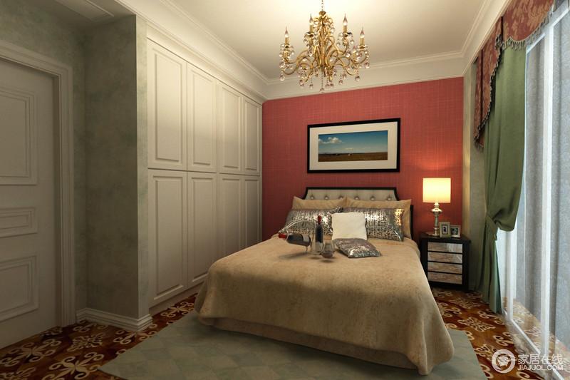 卧室床头以柔和的赭红色铺排,在静谧的光线下,散发出甜美梦幻的气息;墙面则以浅草绿暗纹印花壁纸拼接,呼应着地毯及窗帘,为空间注入清新;白色衣柜内嵌入墙,释放出活动空间;整体色彩的纷呈,筑梦个性空间。