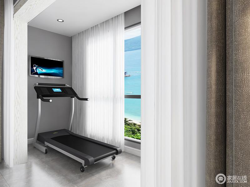 阳台健身区以深灰色的空间调性搭配白色窗帘,让空间多了份轻盈感,这样主人在运动的时候,也会更为放松。
