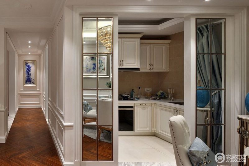 厨房很小,所以在墙面上设计了玻璃,可以无形中拓展空间;厨房里的厨具和橱柜选用清新的白色,使空间小但干净整洁。