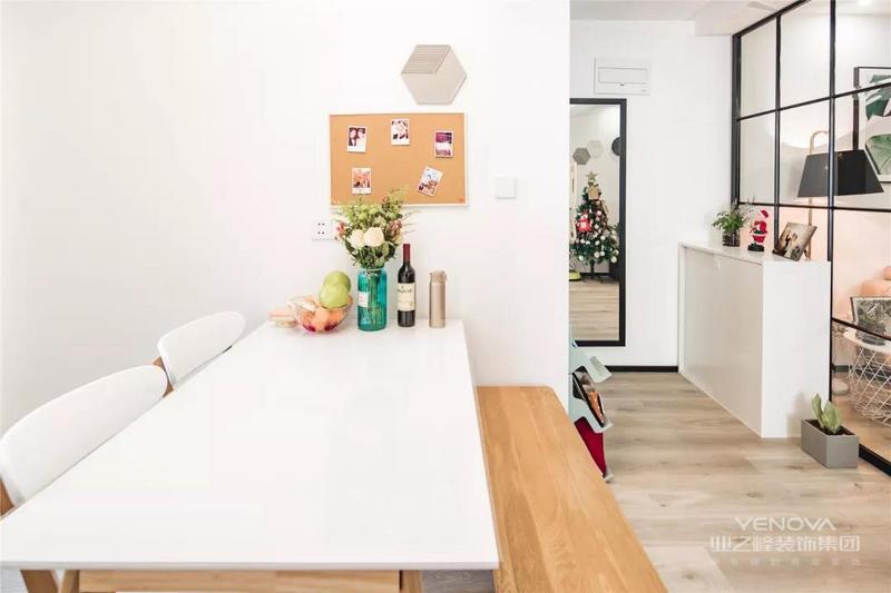 原木色+白色的餐桌椅,餐桌摆上鲜花,红酒等等,充满小资情调。