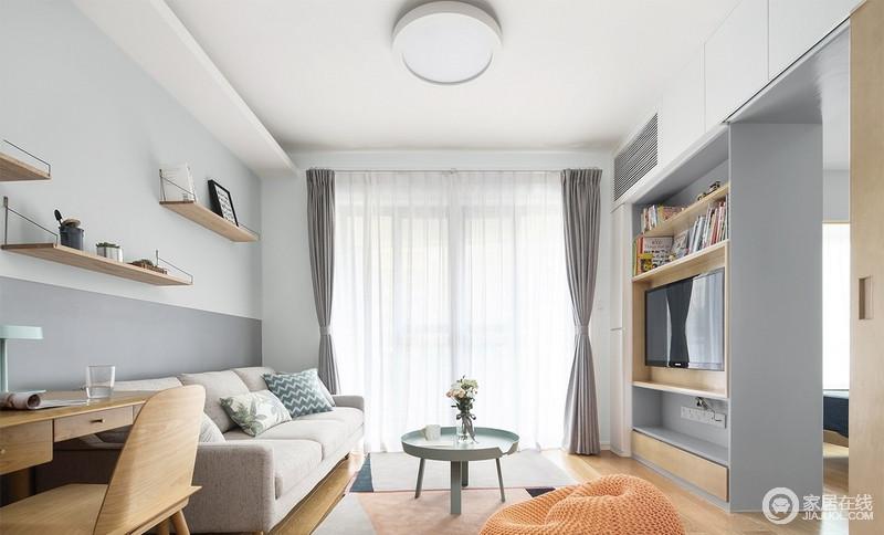 客厅深浅不一的灰色的墙面分割出了简单的层,浅驼色沙发上的靠垫,配上马卡龙色系北欧茶几给空间带来清新;原木材质打造得背景墙,也起到收纳的作用,搭配灰色窗帘,更是让生活柔和了不少。
