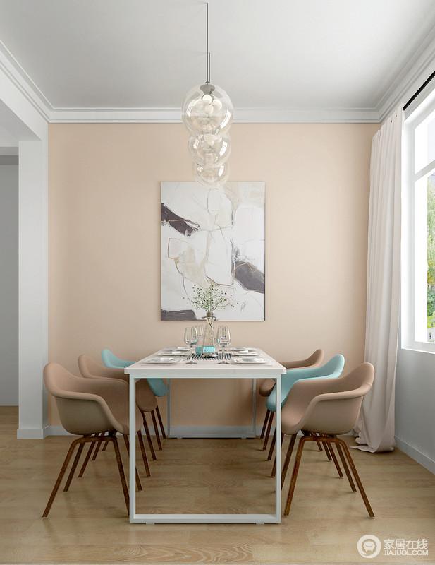 餐厅开放式设计让人颇感自在,米色的墙面因为艺术画,增添了感染力;北欧家具组合搭配玻璃球泡吊灯,不仅提升了空间气质,让主人用餐的时候也能感受到静谧与愉悦。