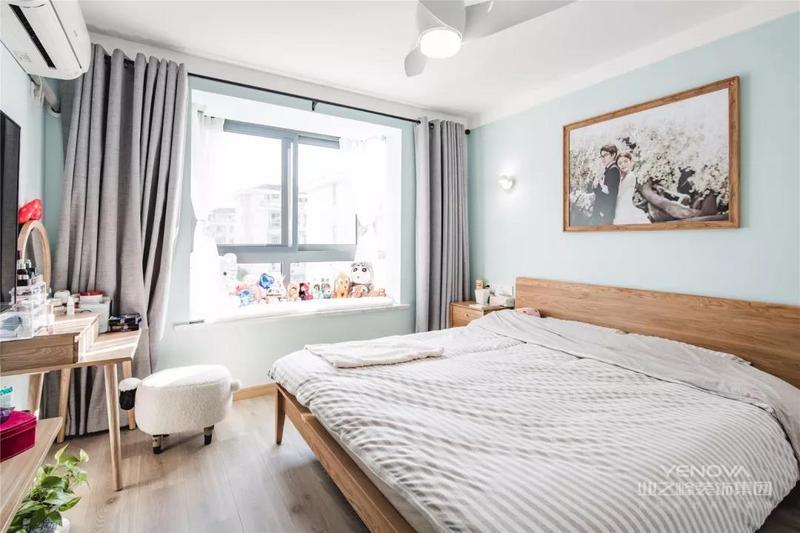 主卧的床、床头柜、梳妆台,连婚纱照的边框都是木质的。满满的日式风