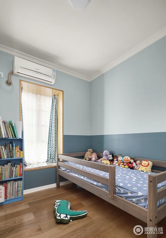 墙面以浅蓝和莫迪兰为搭配,拼接式的粉刷出墙面的对比效果,让空间多了份动律,却也足够安雅;原木装饰飘窗,搭配蓝色花纹窗帘,缓解了原木床的沉重,而蓝色小书柜、玩偶,让孩子在成长的过程中,有段美好时光。
