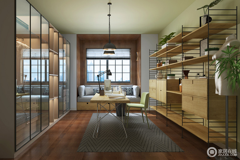 空间两侧以功能性设计为主,却足够实用、利落,灰色地毯和沙发调和出现代感,与原本家具平衡出生活的温实。