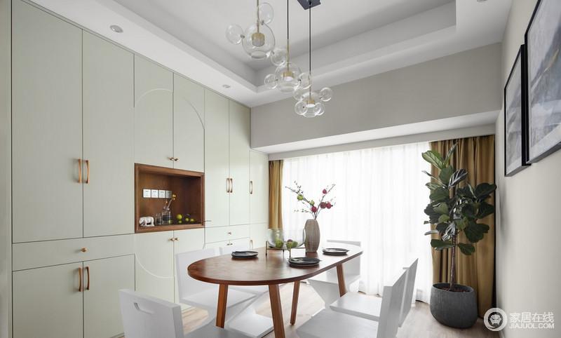 餐厅的收纳柜款式特别量身打造,收纳能力强大,淡绿的色调、镂空的设计,虽占据一整面墙,却又不觉得突兀或压抑,保持家中整洁,它功不可没。