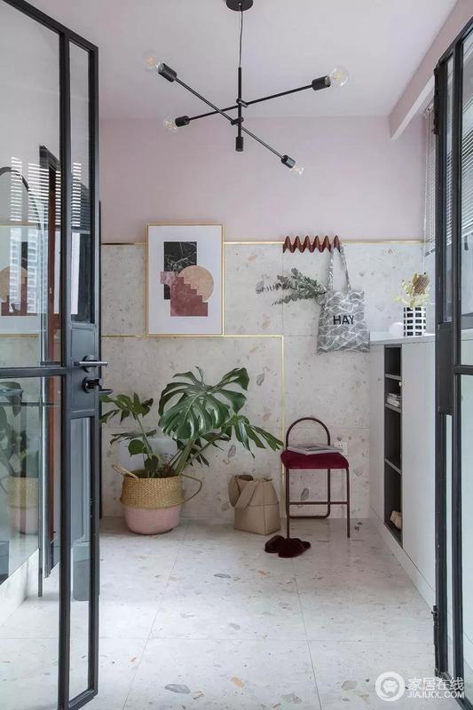 玄关的地面及墙面使用白色水磨石营造仿旧感,并且延伸到墙裙,顶部则是女屋主喜爱的淡雅粉色,黄铜色框线与粉嫩色调搭配,是糖系装修的经典设计之一,时尚又甜美。