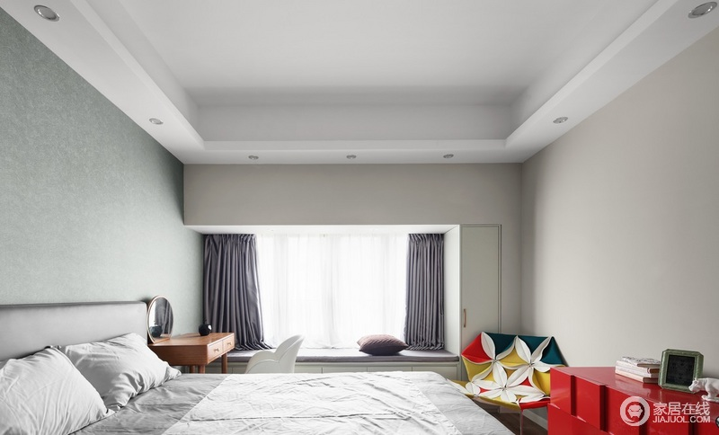 主卧按主人对风水要求摆放床头,主体配色沉稳大方,红色组柜与客厅设计遥相呼应,实现设计与风水兼顾的效果;飘窗的设计增加了休闲区的功能,搭配灰色窗帘,让原本灰青色的空间更为素雅。