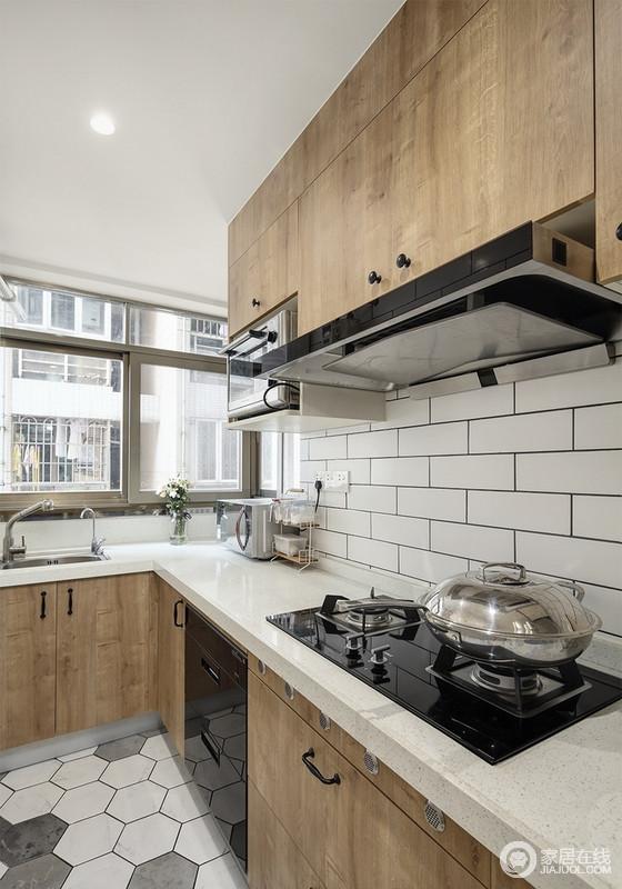 厨房的白色六角砖搭配木色橱柜,让厨房不再冰冷呆板,反而因为原木的厚实,更显得古朴大气。
