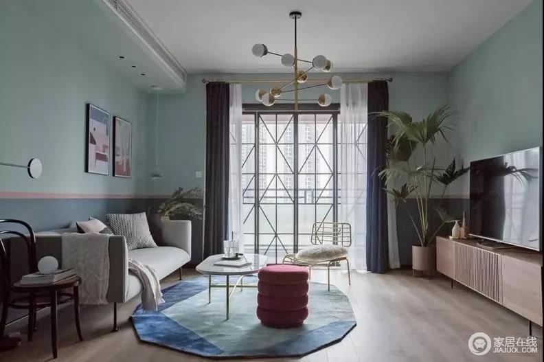 客厅延续玄关的黄铜框线,选用黄铜线条感的吊灯及设计单椅,增强整个空间的金属奢感;蓝色系的窗帘盒地毯给与客厅拼接的墙面一丝清凉,爽朗多姿。