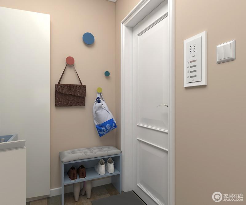 设计师充分利用角落空间,换鞋凳在不影响动线的前提下增添了舒适感;彩色挂钩充分利用了墙面的位置,让用户在到家的时候,可以把衣物和包都在在上面,十分方便。