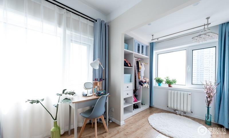 开放式的衣帽间简单而具有收纳性,让主人可以生活得足够规整;蓝色窗帘和单椅简单实用,搭配白色纱幔,让原本的空间更为安静。区。