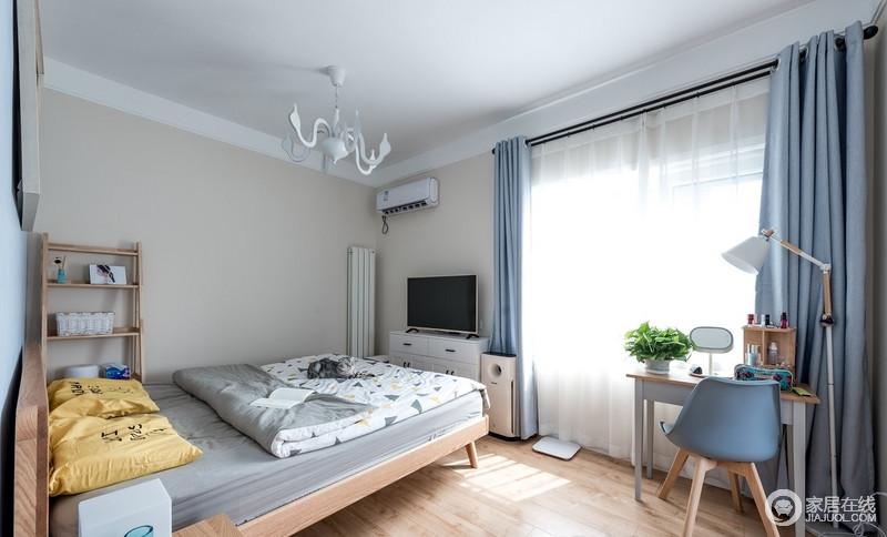 卧室涂刷了驼色的漆,搭配原木地板,素静而朴质,蓝窗帘搭配白色纱幔,营造清新,让人不自觉就放松下来。