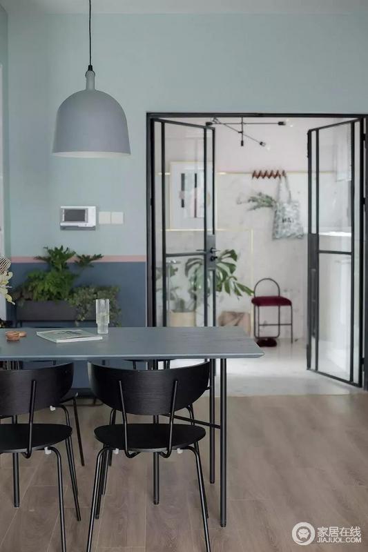 """客厅、餐厅与厨房采取全开放式设计,一方面让视觉与动线更为宽广通透,同事也让餐桌多了办公机能,可谓""""一举两得""""。"""