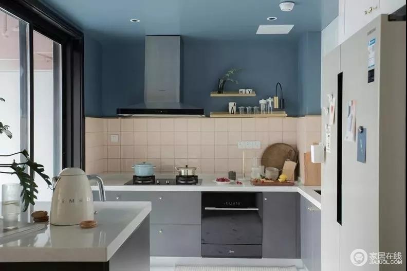 色彩从客厅延伸到餐厅及厨房,墙面及天花板皆为深邃灰蓝,包含吊灯、餐桌都呼应着蓝调,使空间有视觉上的一致性与舒适感;厨房灰色橱柜与之形成反差,构成高级感。