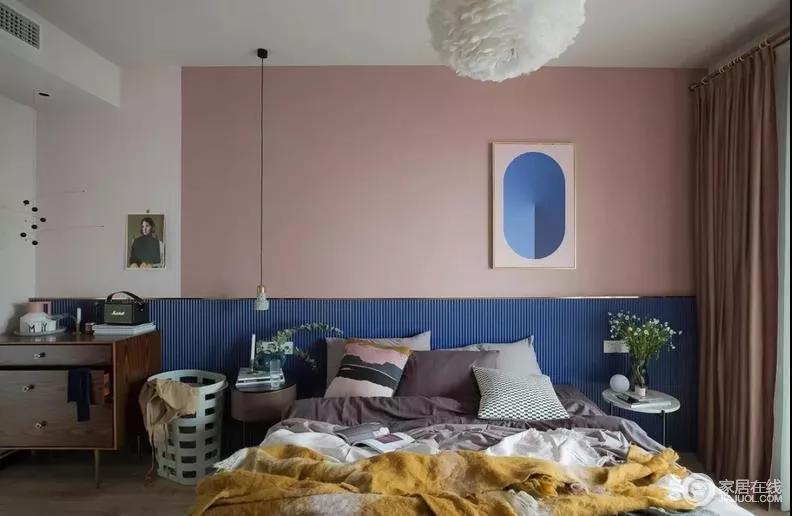 主卧房呈现相对而言较为柔和甜美的粉色系,藉由棕粉、浅粉做为主墙视觉,辅以蓝色木质波浪板作为床挡,拼接之中,给予空间时尚的味道。