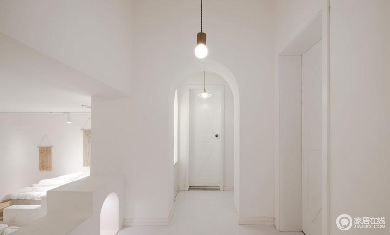 原本过低的结构梁有了浪漫的拱门设计,倒是不再那么生硬和压抑了,反而,让整个空间具有一种曲线美。