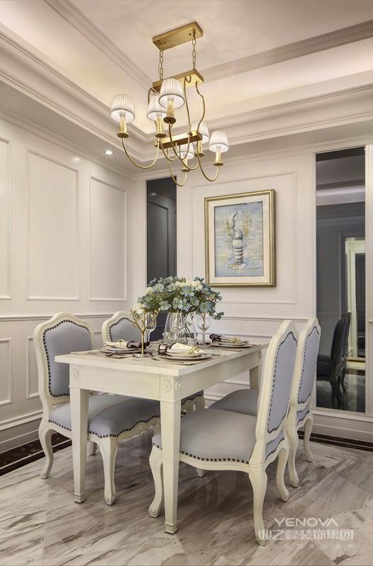 餐厅与客厅连为一体,硬装上保留欧式神态,软装上则放弃了欧式家具的华贵,以谈蓝色布艺配合白色家具轮廓,表现现代人的生活习惯于品味。