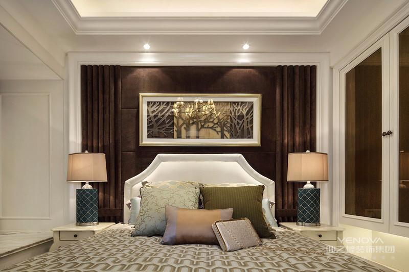 卧室用简化的线条,现代的工艺去追求传统的大致轮廓特点,结合家具与饰品,更像是一种多元的思维方式,将怀古的浪漫怀情与现代的需求。