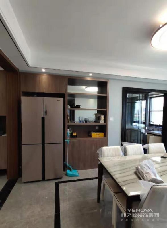 餐厅设计了酒柜,吊顶与地砖的铺贴与客厅玄关区域划分了造型