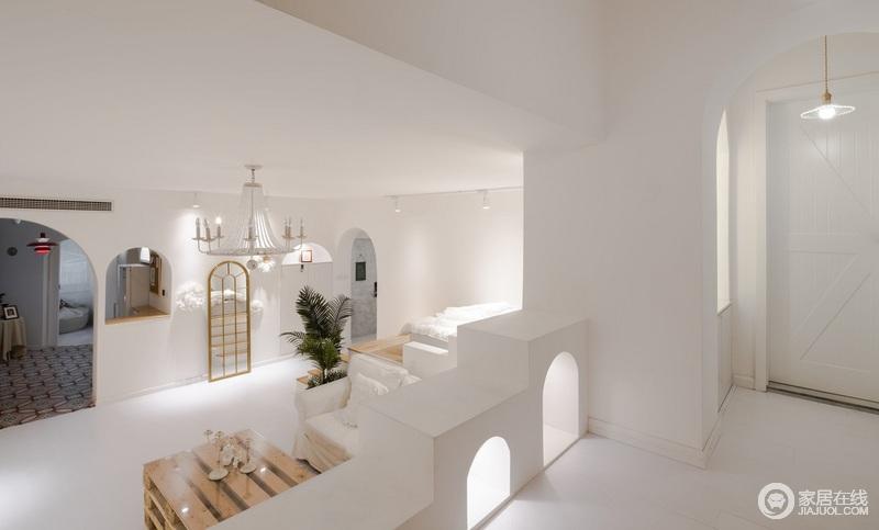 高低错落的格局和弧型交错的拱形结构,让原本低矮的空间,更加的有灵动感;黄铜金属灯具搭配原木质地的家具,让生活看似轻简自然,却显得精致有加。