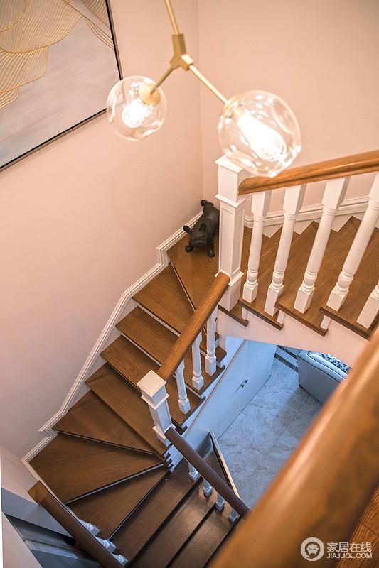 LOFT户型的楼梯位置至关重要,在整个设计中凸显关键,摆放在中间位置,让整体一楼和二楼的空间上得到了更好的利用和通透性。