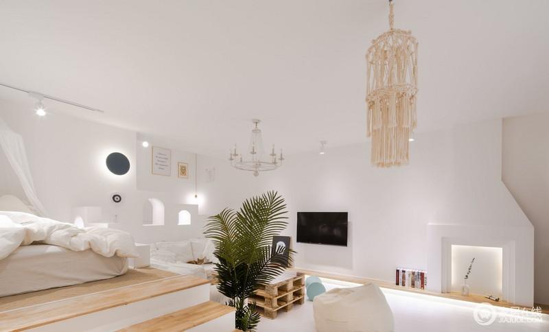 客厅并没有太多的设计,单独用突兀的小造型,增强了体验感,壁炉造型的构思是源于对情怀的向往,让大大的电视墙面不那么空洞,也不落入俗套,细节上多了线形层次设计,搭配金属灯饰,复古之中,具有不一样的异域特色。