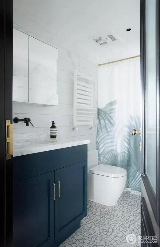 客卫深蓝灰色呼应着此间房屋的色彩主轴,浴帘取代玻璃隔断干湿分离的角色,便于清洁打扫,树影图案让人联想到客餐厅里众多植栽的惬意慵懒质感。