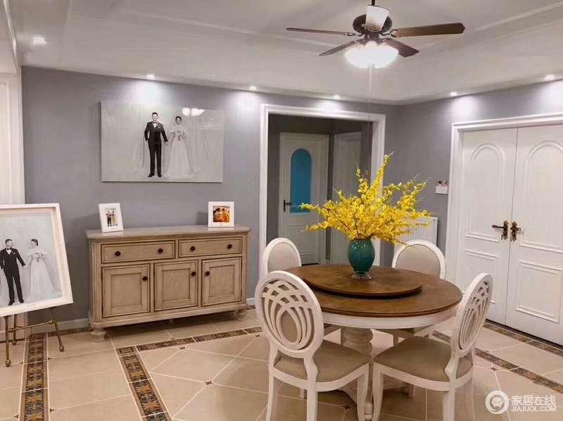 朴质的原木与时尚的浅灰墙面做对比,将现代美式格调呈现出来;屋主的照片或悬挂在餐边柜上,或摆放在一侧,释放出的爱意让空间温馨浓情。