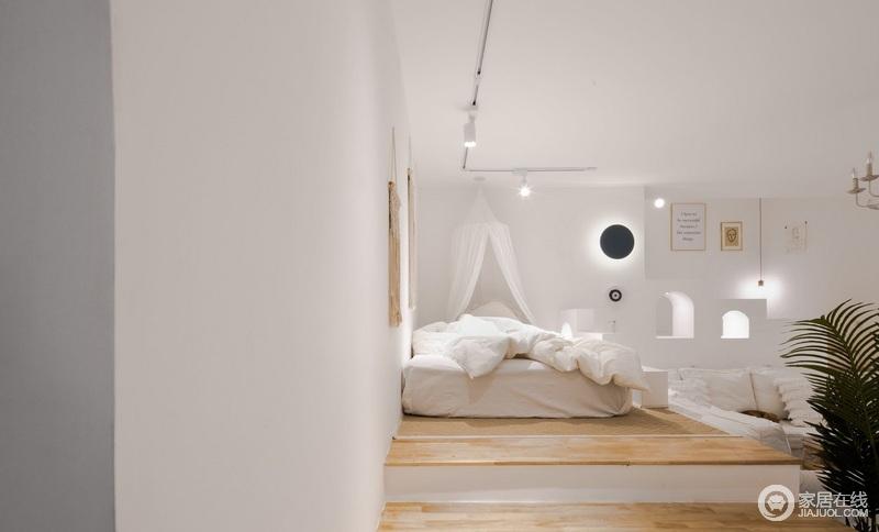 卧室的设计在射灯和圆形壁灯的相辅相成中,让空间具有不失利落和亮快;白色床幔让生活多了浪漫的气息,白色的床品搭配原木地板,满是原始的纯净和简单。